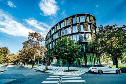 Zaoblená budova se z kontextu Karlína vymyká.