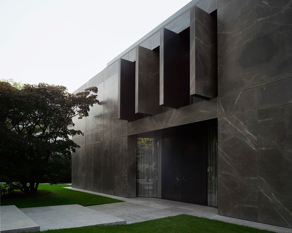 Vila B kombinuje robustnost klasického měšťanského domu s elegancí a otevřeností moderního bungalovu