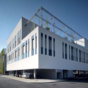 Architektonický výraz budovy postupně doplní popínavé rostliny.