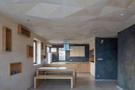 Elegantní vnitřní prostor s plasticky modelovaným stropem