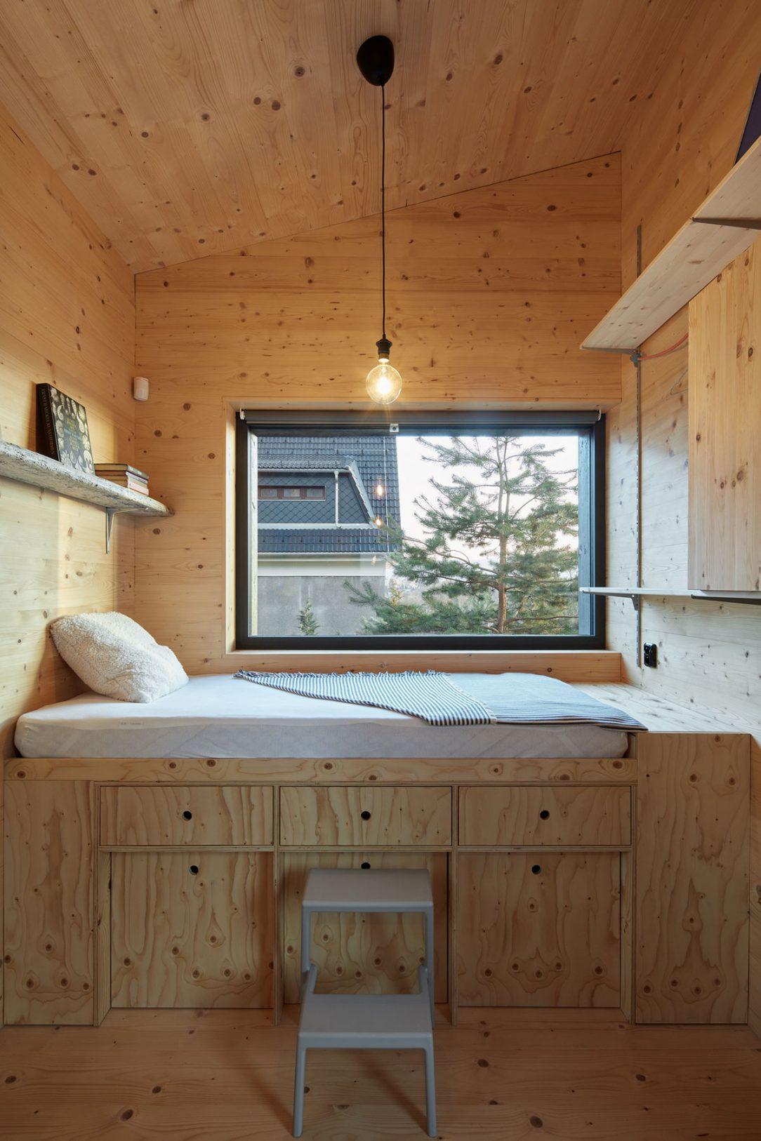 Ložnice je plná dřeva.