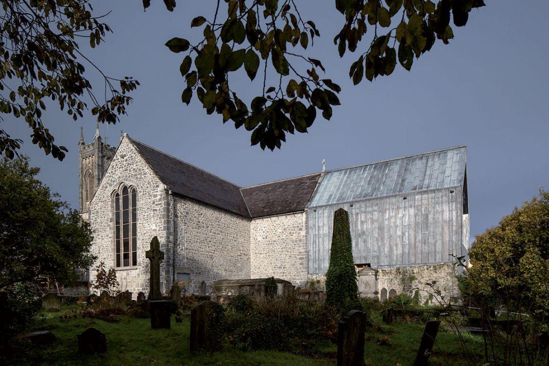 Olověný plech odlišuje nové objemy od starší hmoty. Dobudovaný presbytář obnovil siluetu kostela.