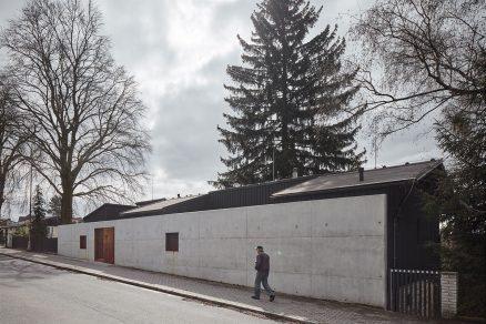 Pozemek na kterém vznikl rodinný dům od studia Mjölk architekti sousedí s rušnou komunikací.