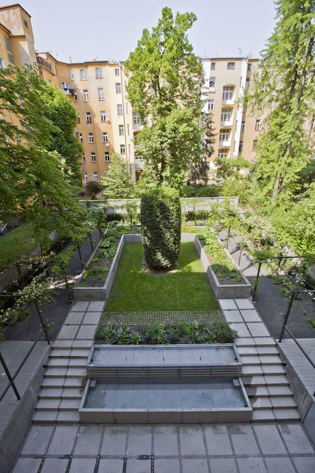 Prostor se odkazuje na symetrii klasicistních zahrad.