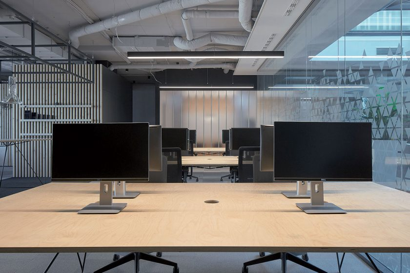Prostorné pracovní stoly