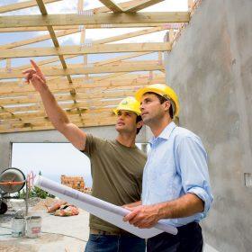 Stavbári na stavenisku