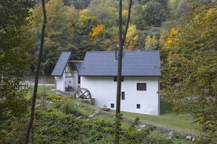 U žádného vodního mlýna nesmí chybět mlýnské kolo ani zde tomu není jinak