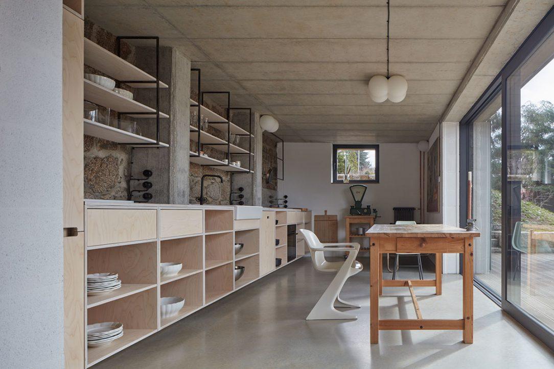 V interiéru je kombinována textura kamene a všudypřítomné dřevo.