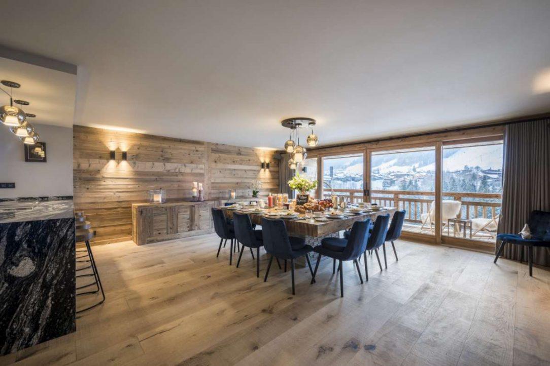 V sousedství hlavního obývacího prostoru je jídelna jíž dominuje velký ručně vyráběný balijský teakový stůl