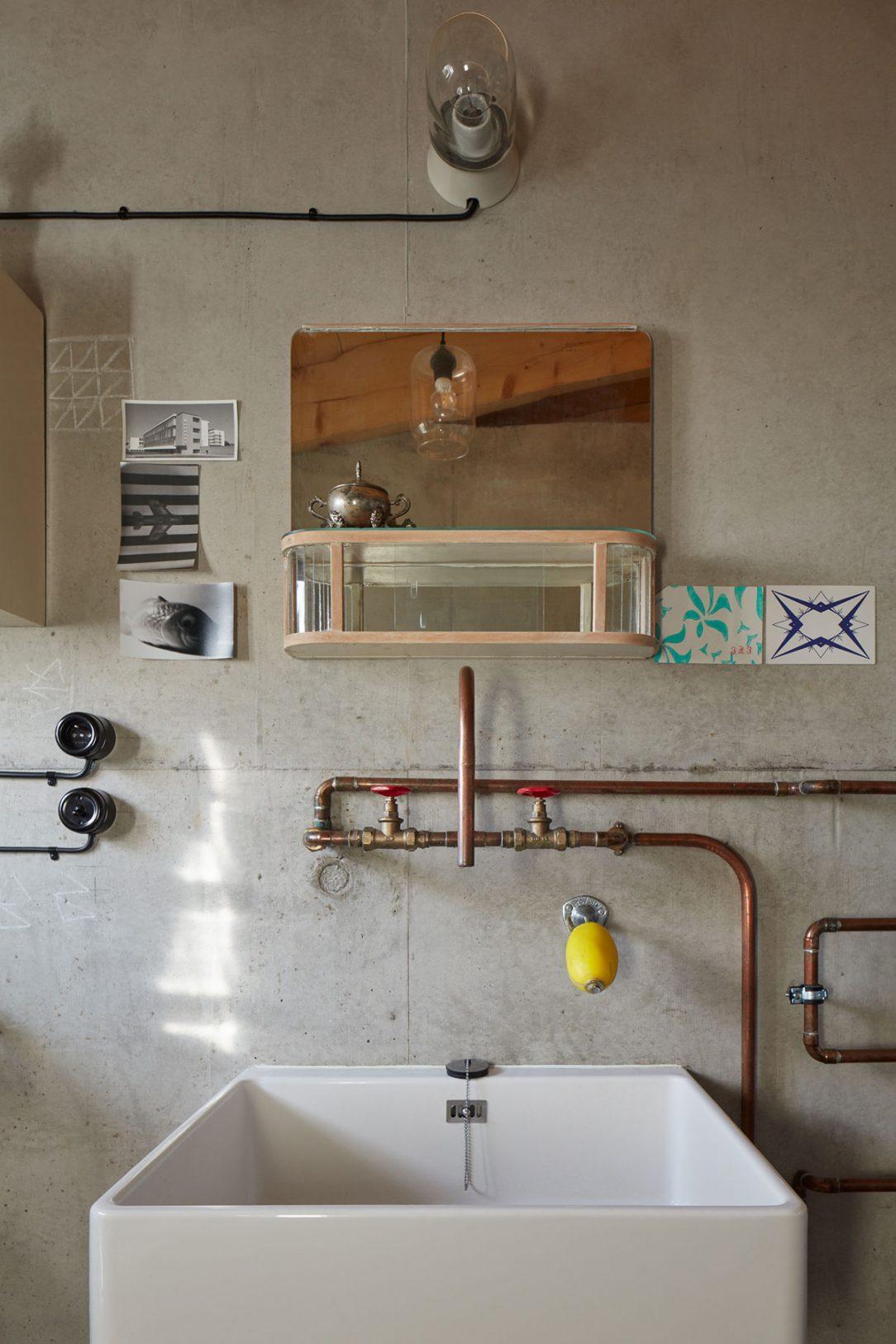 Vodovod je veden v přiznaných měděných trubkách které jsou součástí severského designu.