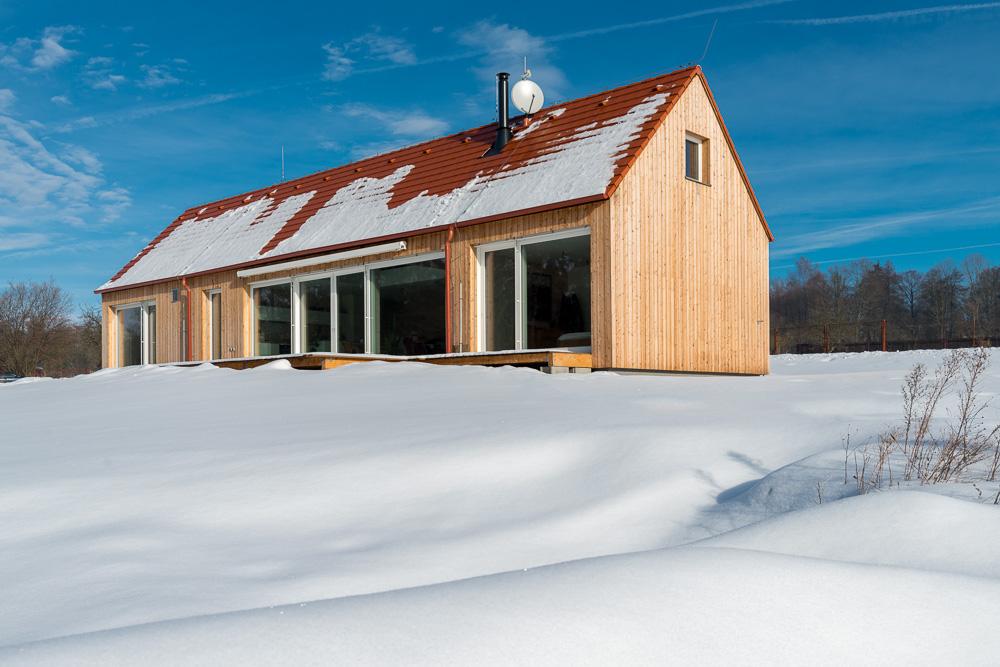 Dům se nachází na okraji obce v sousedství zámeckého parku s vodní plochou pozemek tedy nabízí soukromí i propojení s přírodou