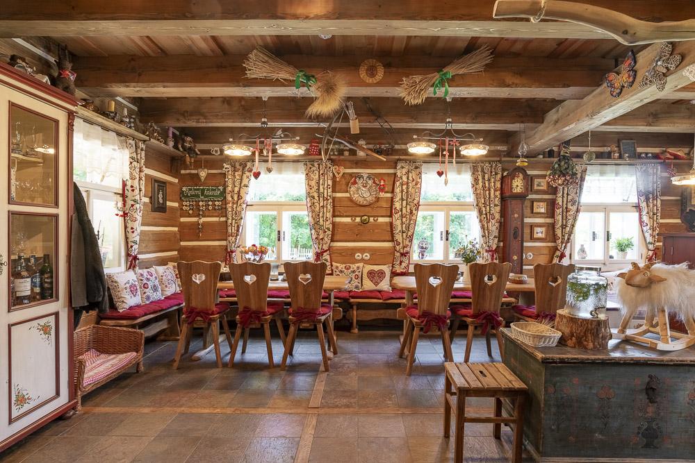 Interiér je zařízen v tradičním stylu a citlivě doplněn novými kusy nábytku.