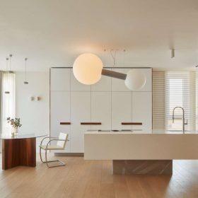 Kuchyňský ostrůvek je zpracován jako sochařské dílo monolit balancující nad úrovní podlahy na platformě z ručně broušeného hliníku.