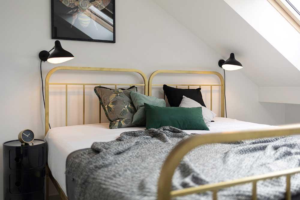 Ložnici vévodí repasovaná mosazná postel