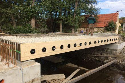 Na dřevěnou konstrukci byl položen železobetonový povrch.