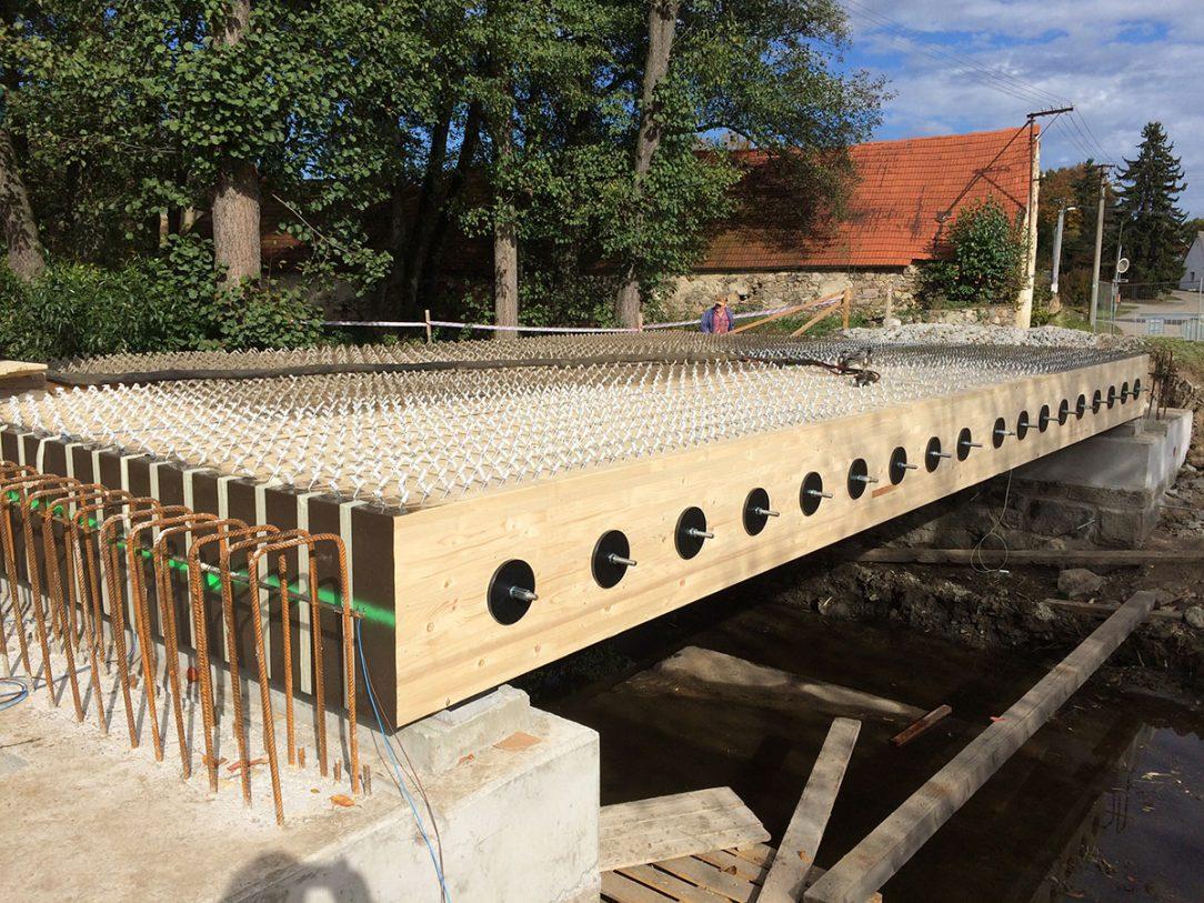 Předem připravenou konstrukci ze dřeva je možné na místo uložit velice rychle. 1
