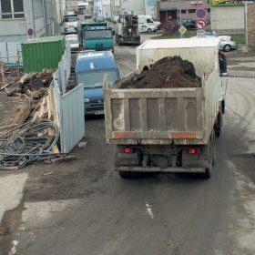 Znečištěnou škváru je třeba ze staveniště odvézt.