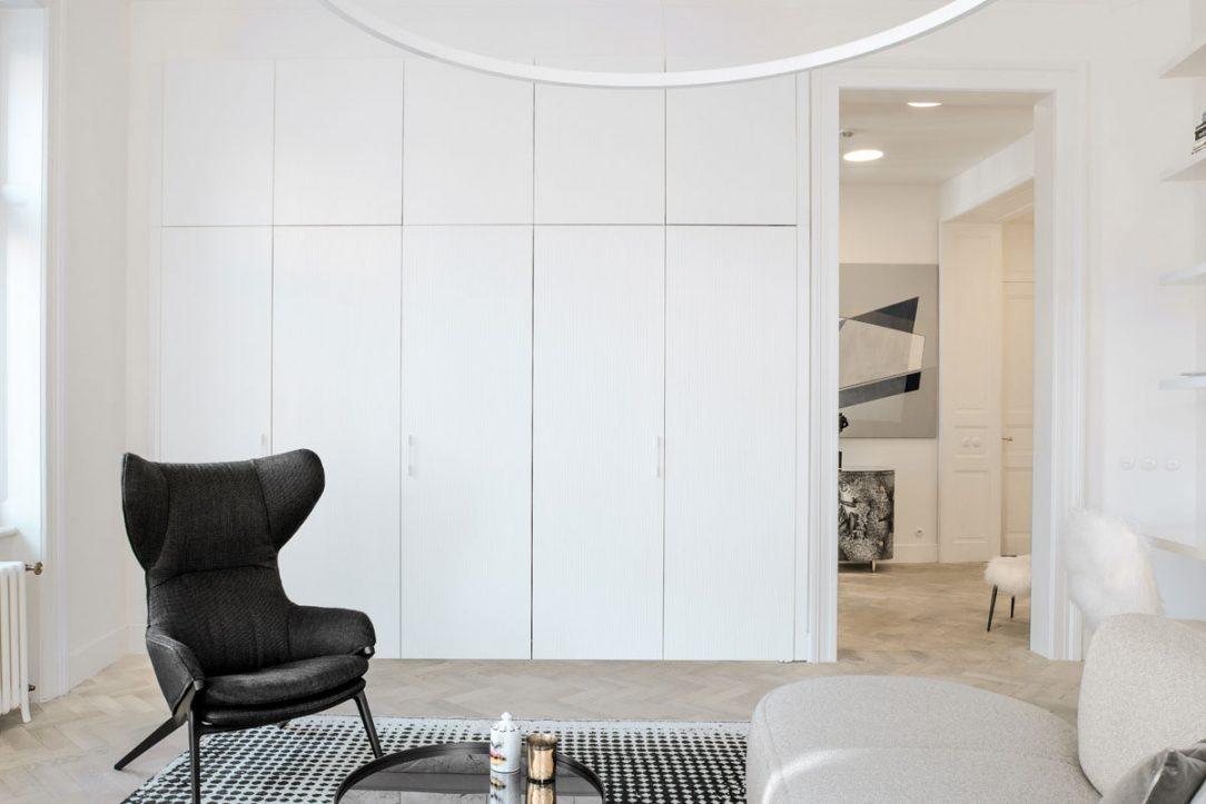 šedobílý interiér 5