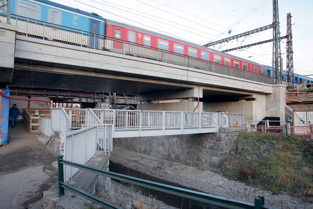 Obr. 3 Most přes ulici Bartoškova – aktuálně zde probíhá hlubinné založení prostřední části mostu.