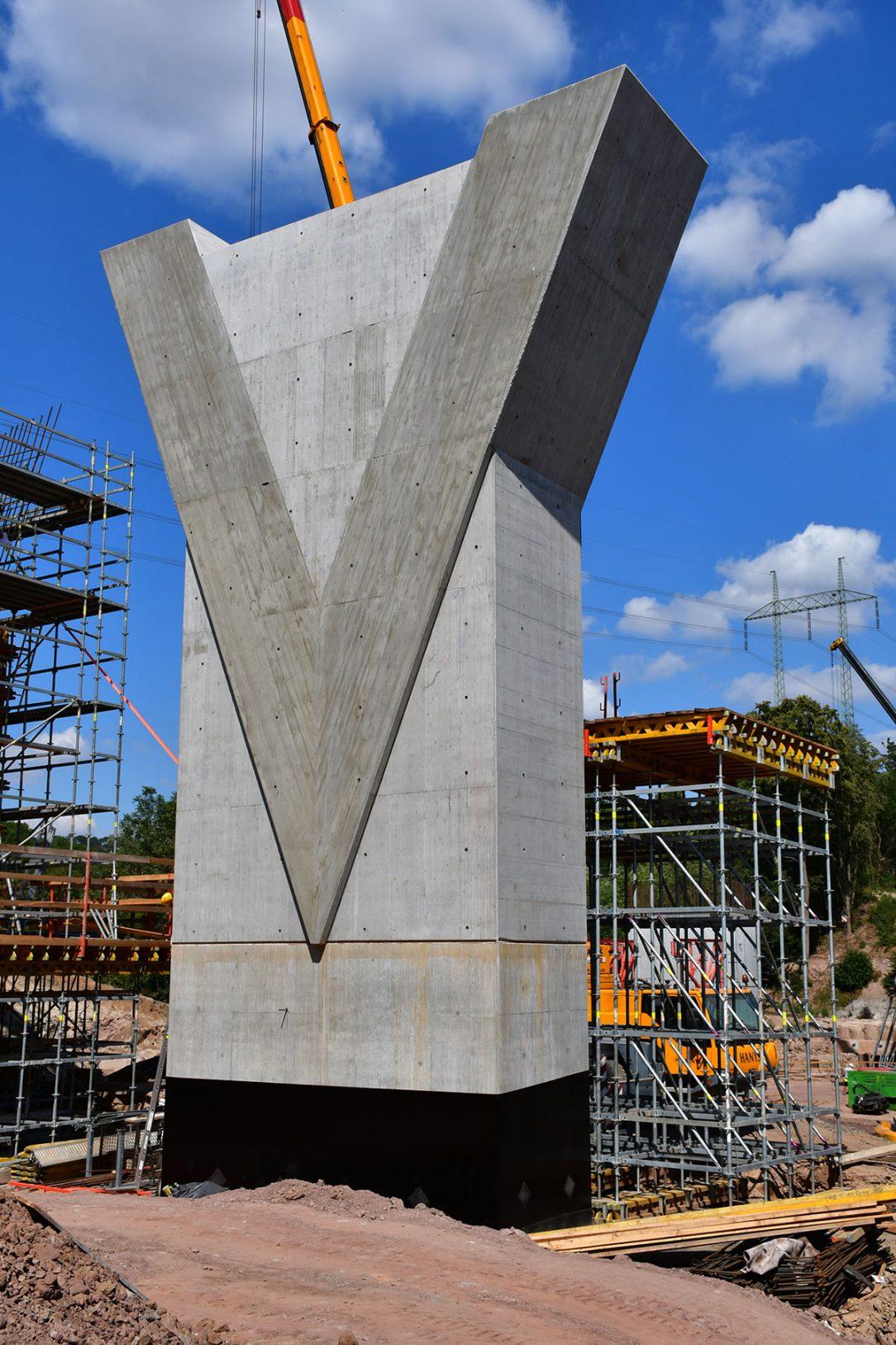 Druhý pilíř betonového mostu od západu přes rokli Krušovického potoka – Českomoravský beton a. s.