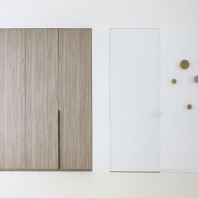 Dveře Fortius 52 povrch nástřik PU barvou v odstínu RAL 9003 kování Maximal s vkladkou v RAL 9003. Skrytá soklová lišta LINUS s vkladkou v RAL 9003