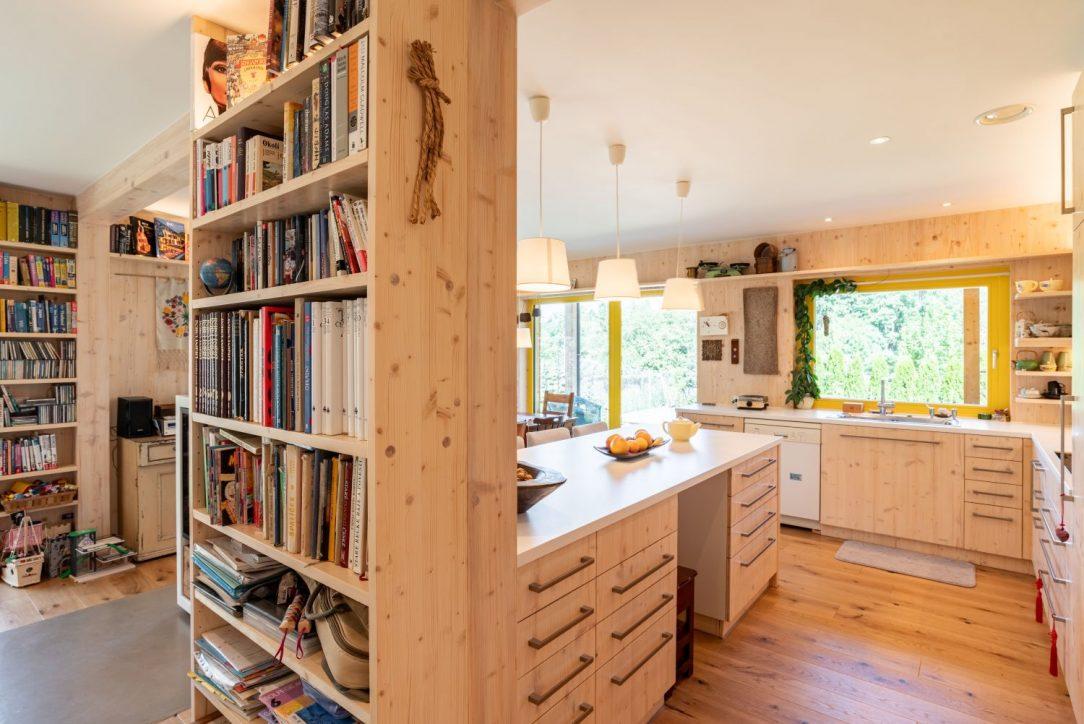 Kuchyně s velkou knihovnou