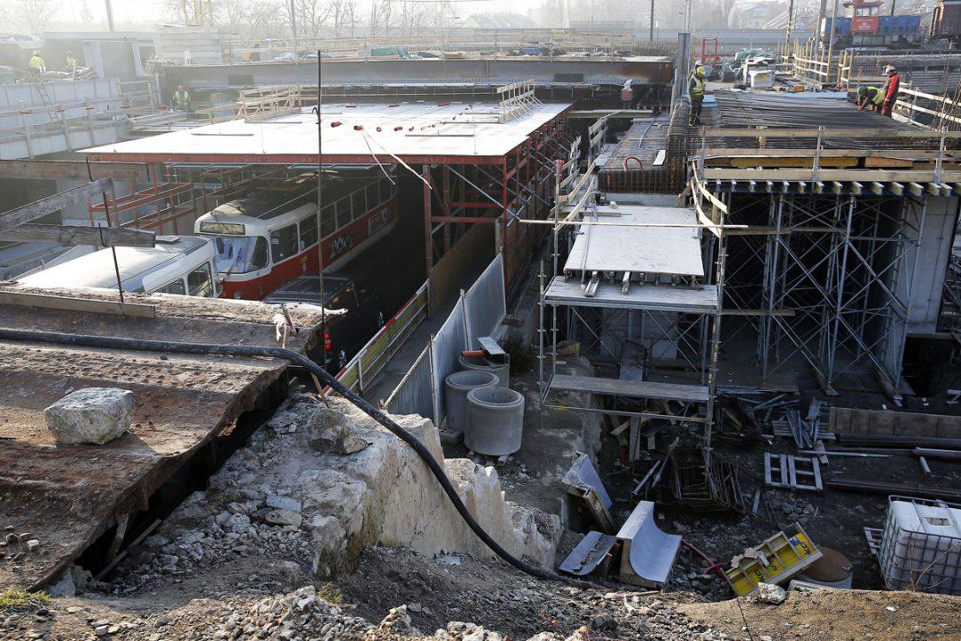 Na mostě přes ulici Průběžná se připravuje osazení dalších nosníků