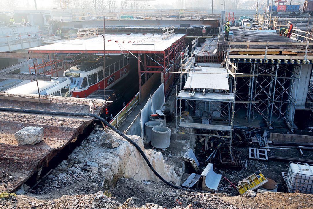 Obr. 5 Na mostu přes ulici Průběžná se připravuje osazení dalších nosníků.