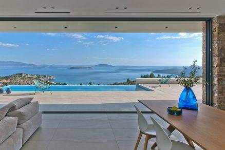 Panoramatický výhled na zátoku Tolo a Argolský záliv Architektura Vily NafplioBlu naplno využívá všech přírodních krás tohoto výjimečného pozemku.