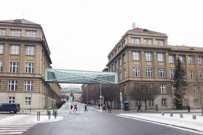 Spojovací lávky budou vystaveny mezi budovami A a B VŠCHT přes Studentskou ulici