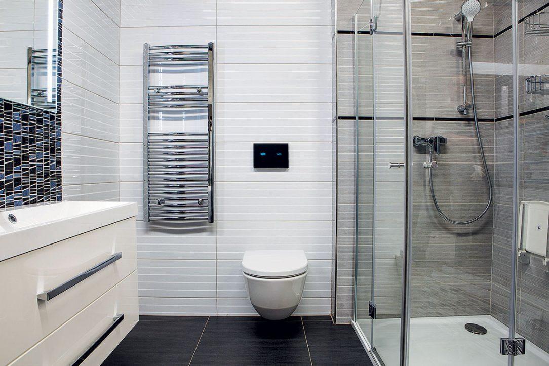Elektronický dotykový splachovač toalety ve skleněném panelu