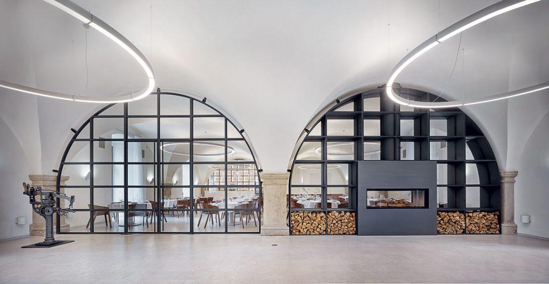 Interiér nechává vyznít volný prostor bývalé sýpky.