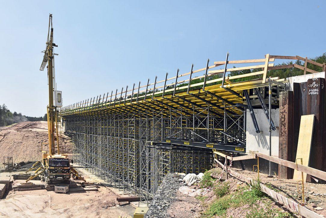 Obr. 1 Biokoridor u Řevničova – mosty jsou realizovány v pohledovém betonu vysoké kvality.