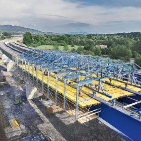 Obr. 5 Vozík spřažené betonáže Doka nasazený při realizaci mostů pro obchvat Třince