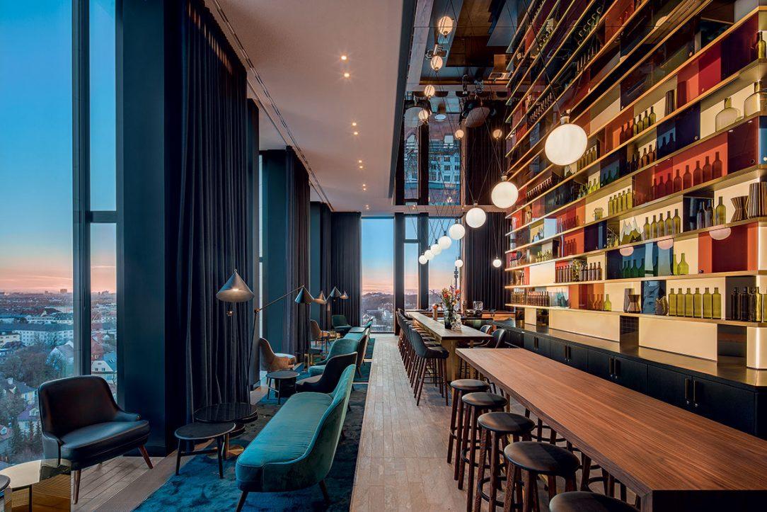 Střešní bar hotelu Andaz nabízí působivý výhled na Mnichov.