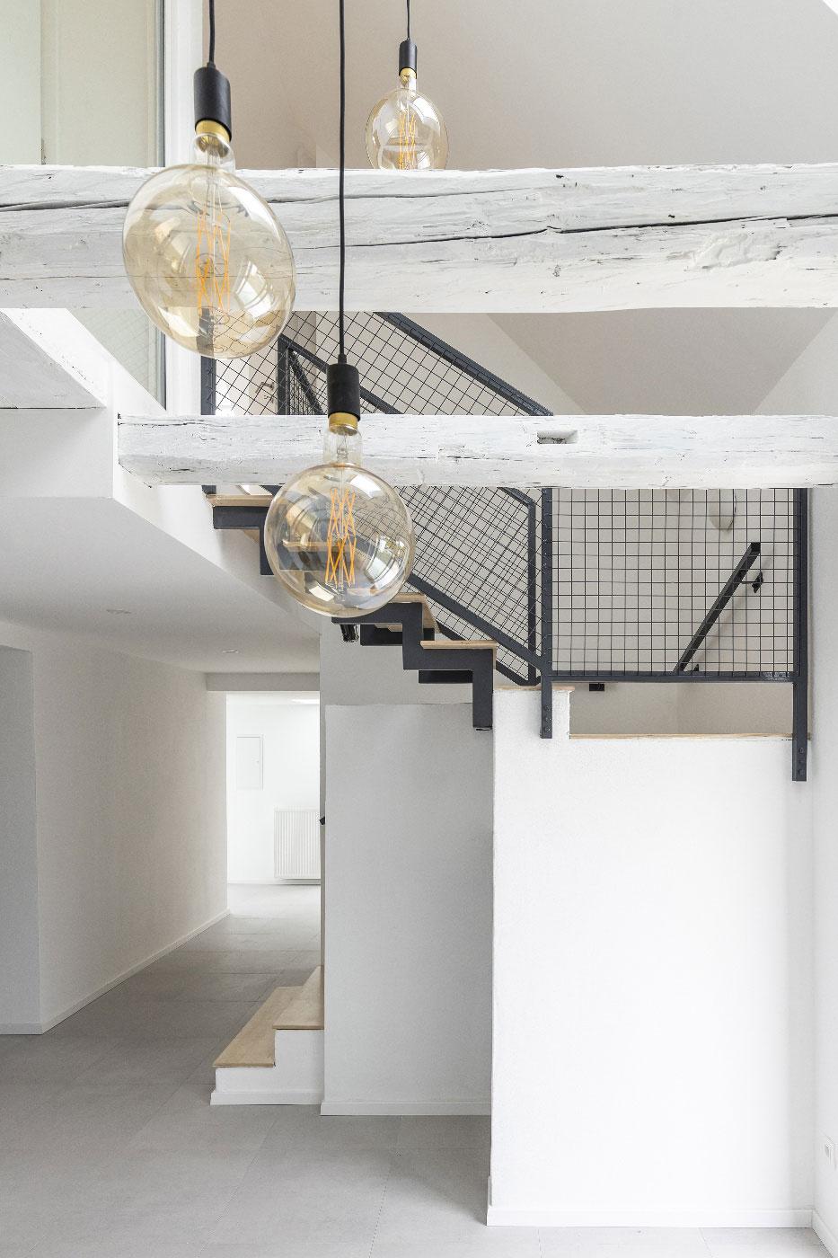Otevřená schodišťová šachta zajistí dostupnost denního světla a přirozené větrání pomocí komínového efektu.