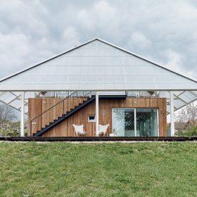 Dům se skleníkem na střeše