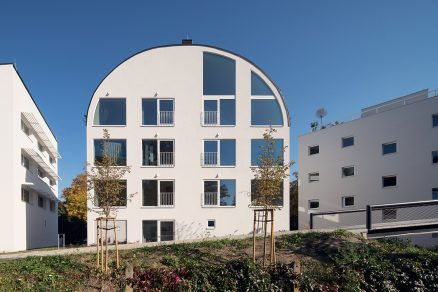 Soubor tvoří pět bytových domů s odlišnými střechami.