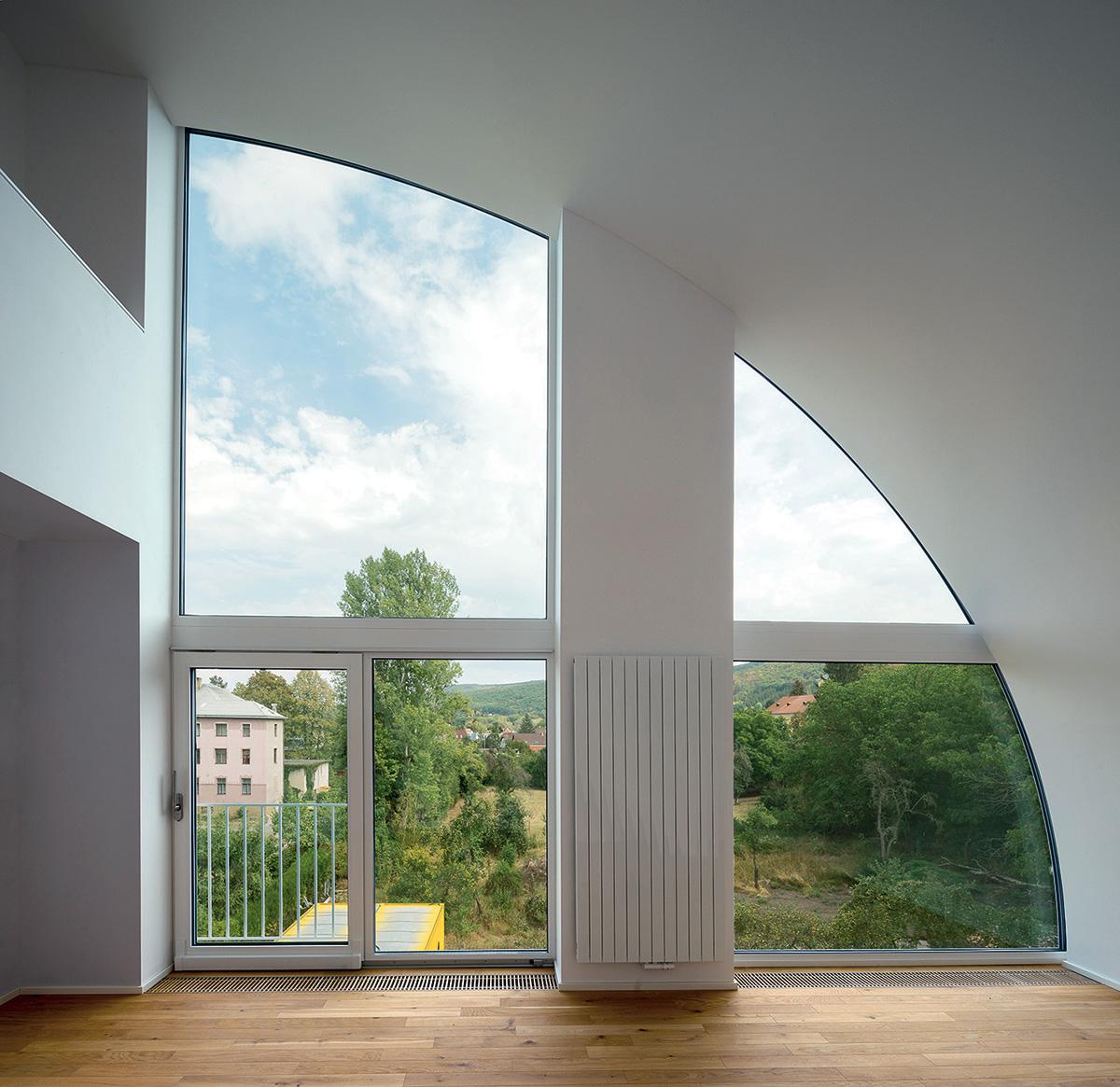 Abstraktní tvary se propisují i do interiéru.