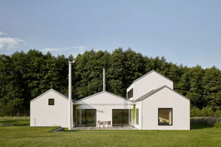 Dům tvoří několik menších vzájemně provázaných staveb