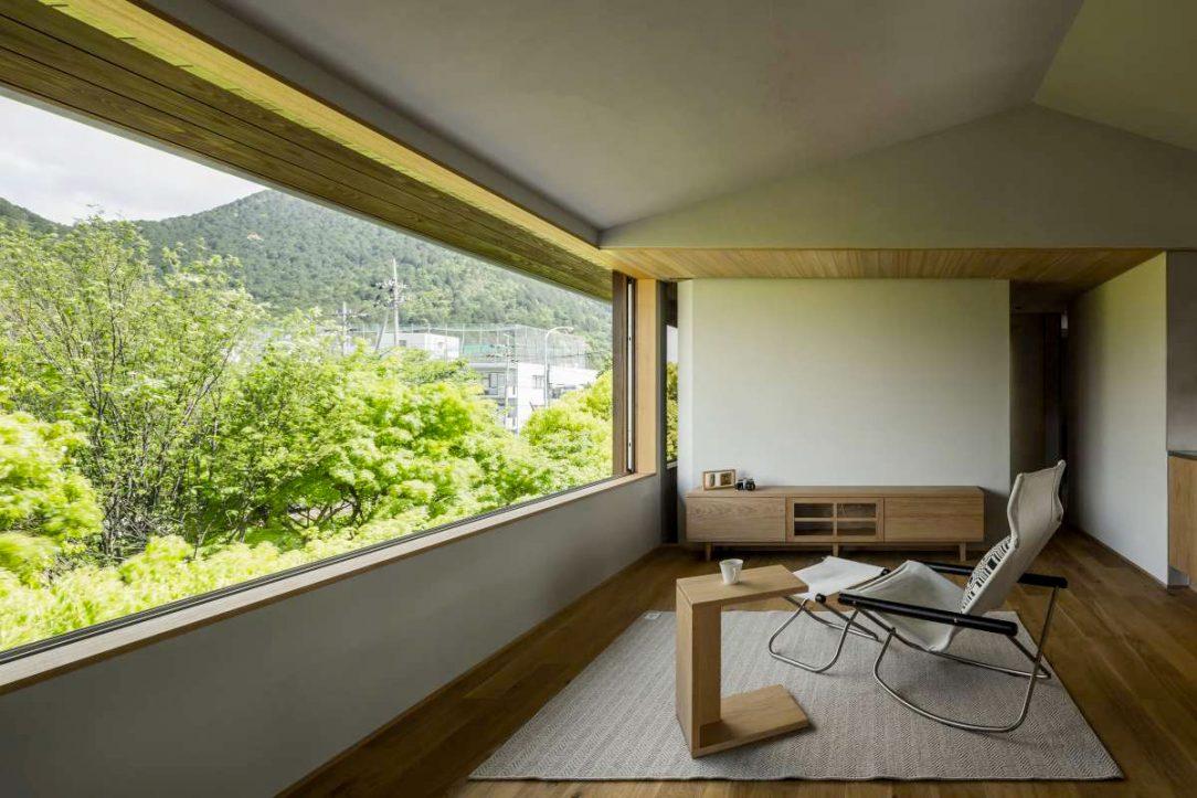 Z oken, jež jsou orientována na sever a jih, se obyvatelům domu nabízí krásné výhledy do okolí
