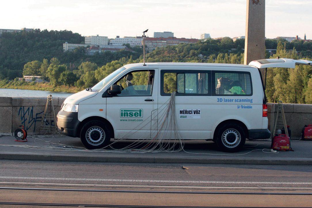 Měřicí stanoviště při statické zatěžovací zkoušce Libeňského mostu v Praze.