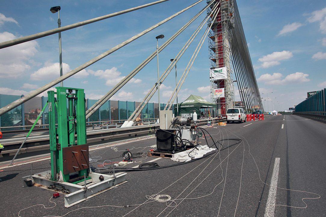 Budič kmitů společnosti INSET s. r. o. při měření na Lanovém mostě v Praze