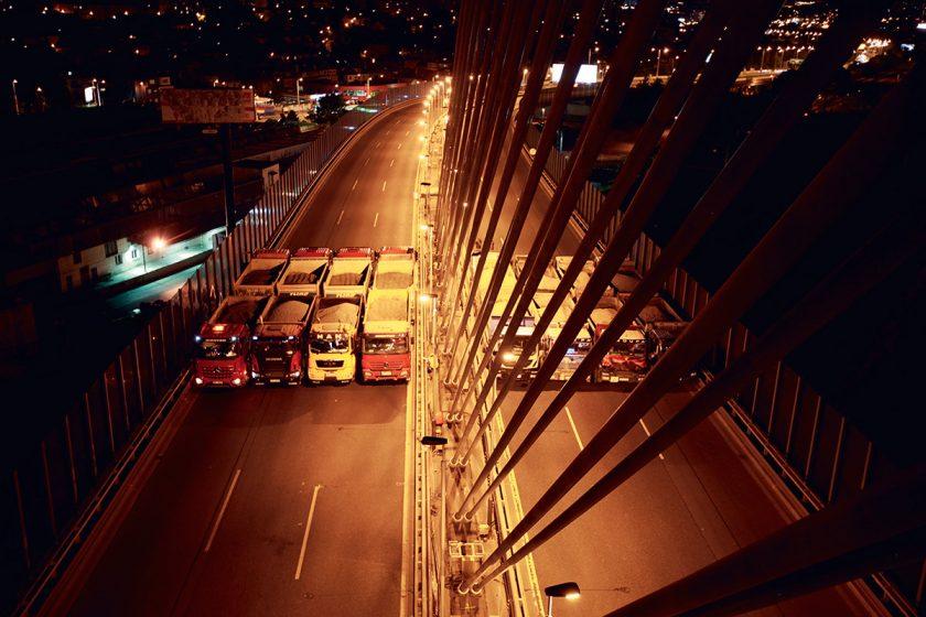 Plné zatížení při statické zatěžovací zkoušce hlavního pole Lanového mostu v Praze.