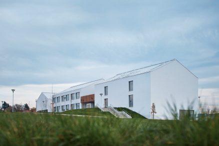Psáry aDolní Jirčany získaly vminulém roce novou základní školu od studia SOA architekti