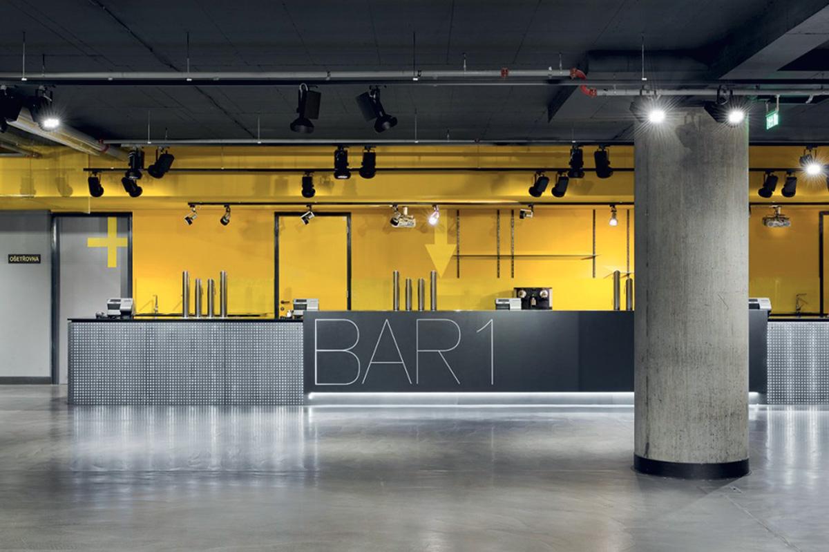 Barové pulty saplikací světlopropustného betonu od Gravelli, Fórum Karlín vPraze, ateliér A8000