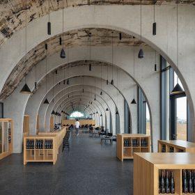 Hlavní myšlenkou návrhu byl motiv vinných řádků které prostupují budovou v podobě konstrukčního systému