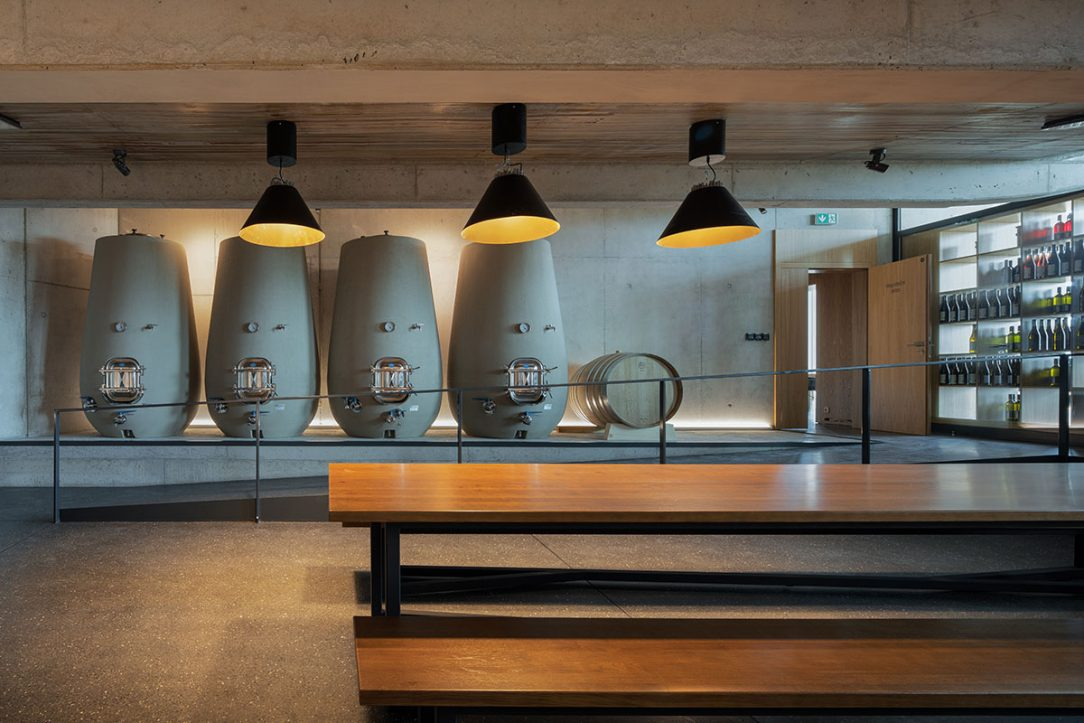 Nevšední stavba ze tří vzájemně propojených hmot s rozdílnou konstrukční výškou slouží jako výrobna administrativní zázemí společnosti i návštěvnické reprezentativní centrum