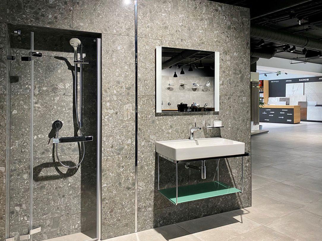 Ostré hrany a jednoduchost v koupelně