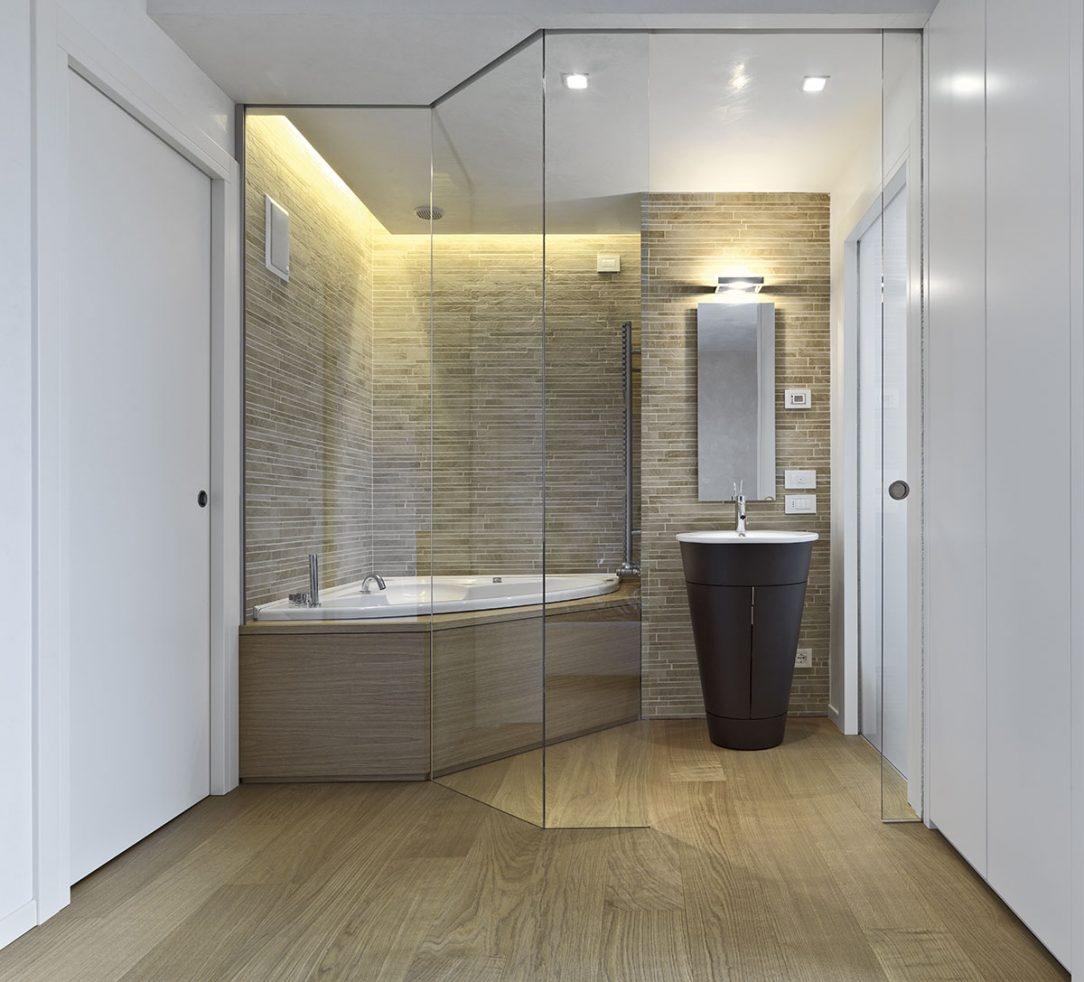 Sklo je jeden z nejuniverzálnějších, nejvýznamnějších a nejstarších materiálů ve stavebnictví. Málokterý materiál může mít tak různorodé vlastnosti.